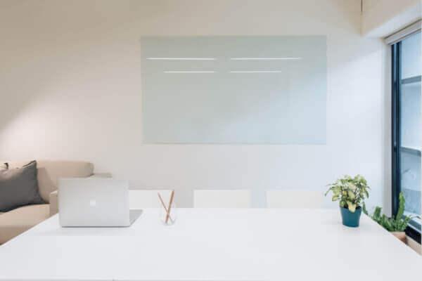 雲朵婚禮錄影一對一課程上課教室,有白板、電腦、書桌、沙發 極簡風格 位於台北市Komma華視大樓