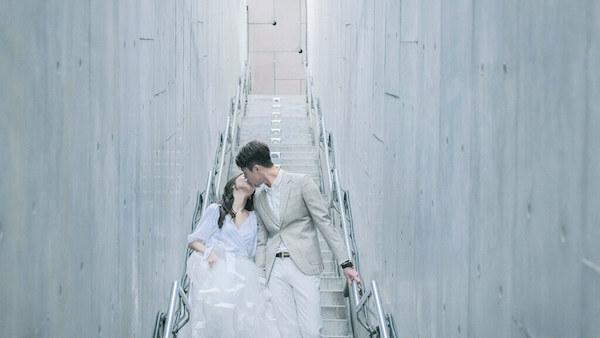八里十三行博物館水泥樓梯間,雲朵輕婚紗微電影,新人在樓梯間接吻