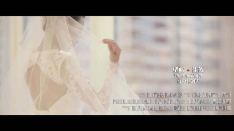 新娘獨自坐在台中林酒店客房拍攝動態類婚紗,身穿白紗禮服撥弄長頭紗