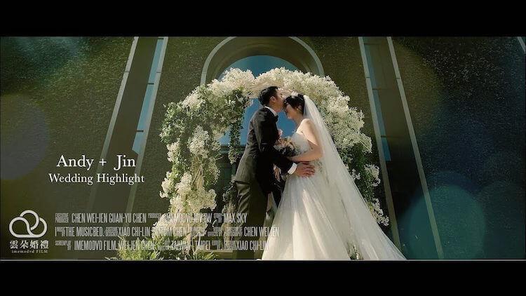 Andy + Jin在台北萬豪酒店的露天證婚儀式台前花柱下拍攝動態類婚紗