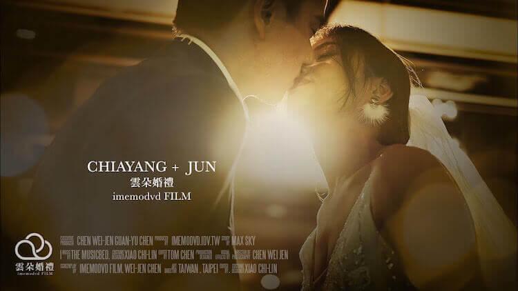 新人於台北六福萬怡酒店的婚宴舞台上拍攝動態婚紗,面對面接吻