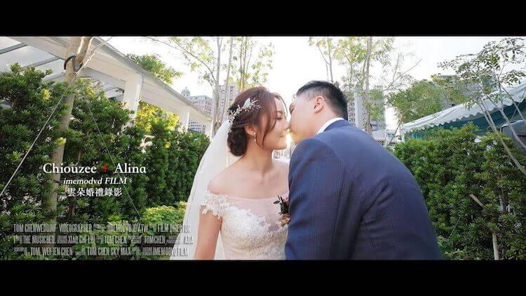 新人於青青格麗絲莊園的入口長廊拍攝動態婚紗,面對面接吻