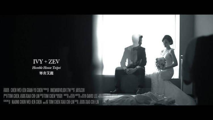 新人在台北寒舍艾麗酒店Humble House的客房,新娘與新郎坐在窗台上內拍攝動態類婚紗