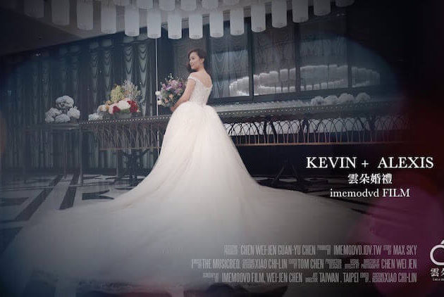 新娘在台北文華東方酒店的婚宴大廳側拍婚紗照