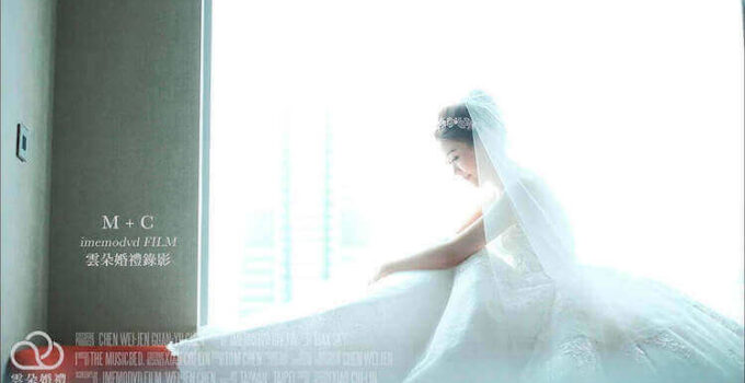新娘身穿白紗坐在寒舍艾麗酒店的客房窗台邊拍攝動態類婚紗影片