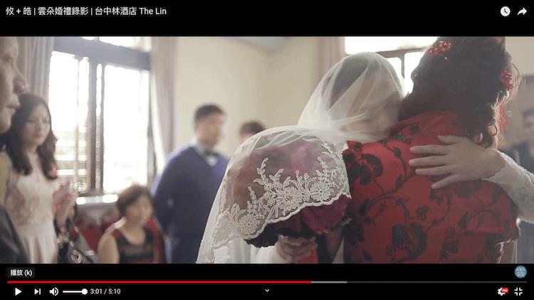 新娘與母親於拜別儀式後擁抱