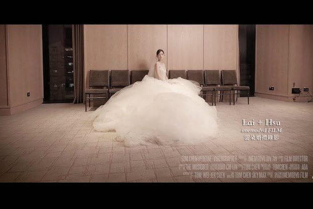 待嫁女兒心美麗新娘穿著白紗坐在台北萬豪酒店新娘休息室裡拍攝婚紗照片