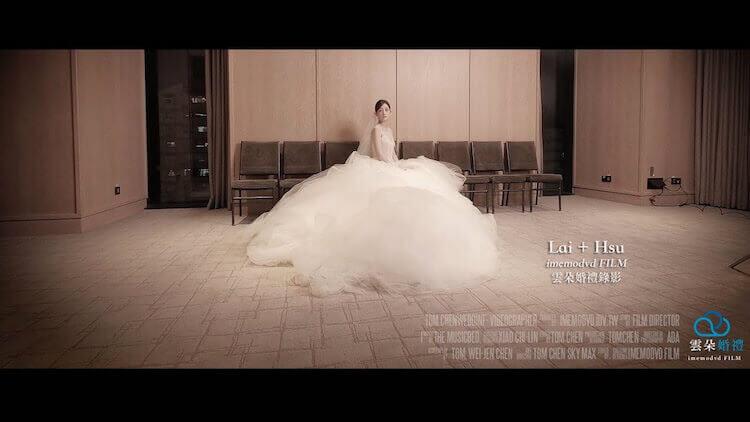 美麗新娘穿著白紗坐在台北萬豪酒店新娘休息室裡拍攝婚禮錄影
