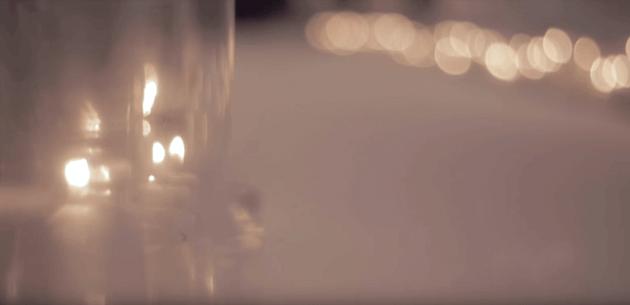婚禮紅毯走道上擺滿蠟燭