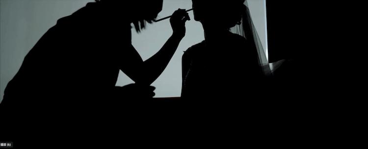 新娘在艾麗的客房內補妝,用剪影拍攝