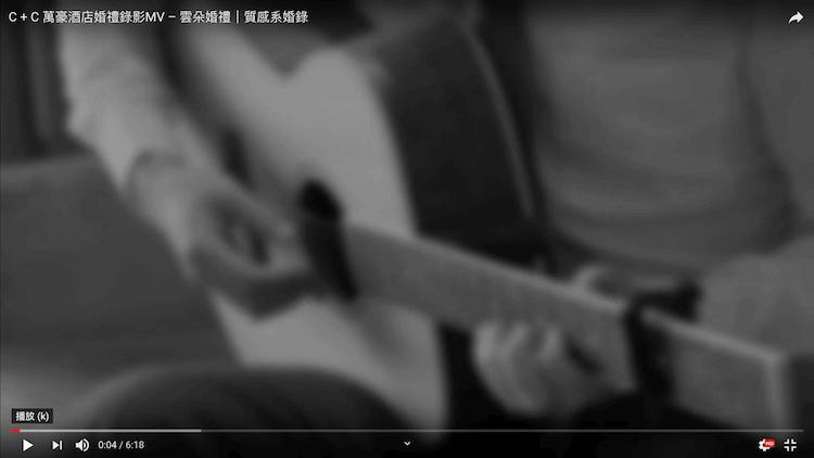 黑白照片新郎在萬豪酒店婚宴實彈吉他