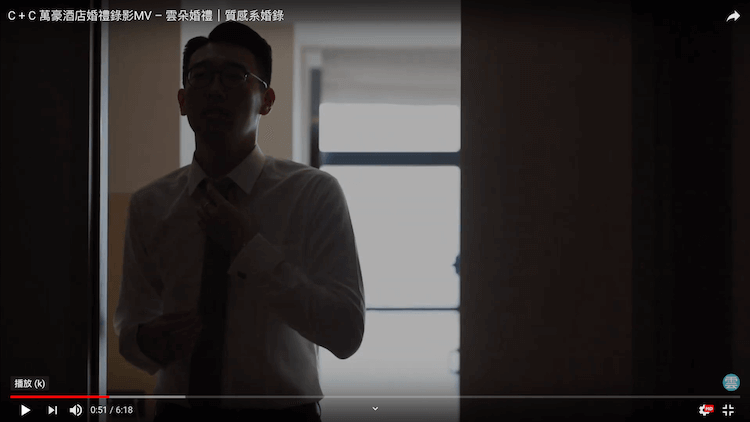 剪影新郎整理領帶在萬豪酒店的房間