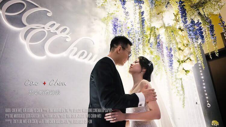 新人於萬豪酒店婚宴會場花卉裝飾的背板前拍攝動態類婚紗由雲朵婚禮錄影拍攝