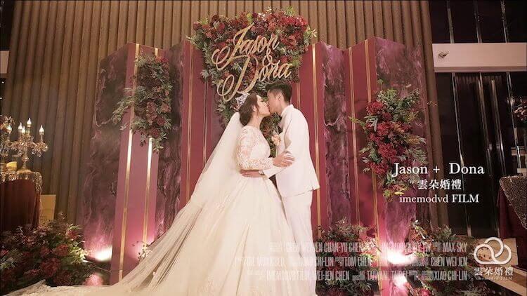 新娘與新郎在新莊典華婚宴紅色鮮花背板前親吻