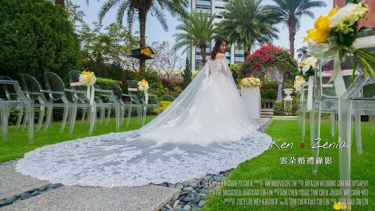 新娘穿白紗望後看,在維多麗亞酒店戶外證婚會場