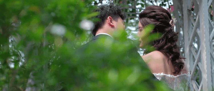 新人在維多麗亞酒店證婚亭外拍親吻婚紗
