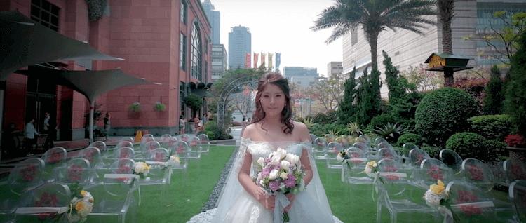 新娘穿白紗看著鏡頭,在維多麗亞酒店外拍類婚紗影片