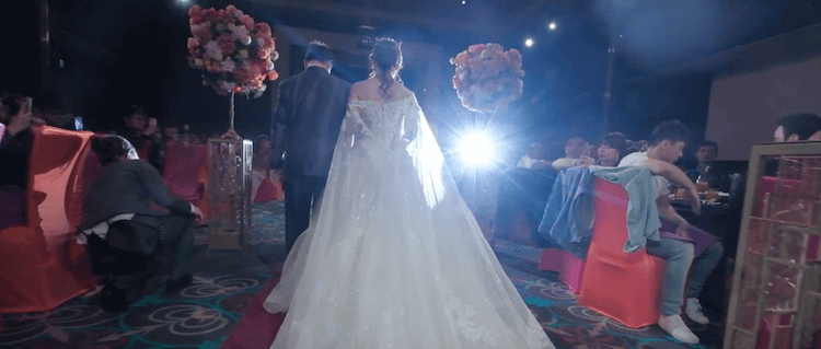 新娘與爸爸婚宴第一次進場在維多麗亞酒店一樓大宴會廳,聚光燈逆光拍攝