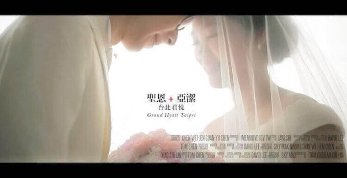 新人頭碰頭、一起拿捧花在窗邊拍攝動態類婚紗