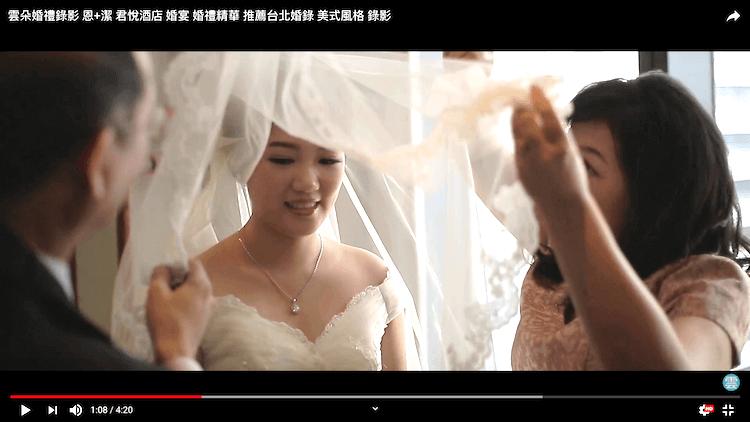 爸媽不捨得幫新娘子蓋上頭紗