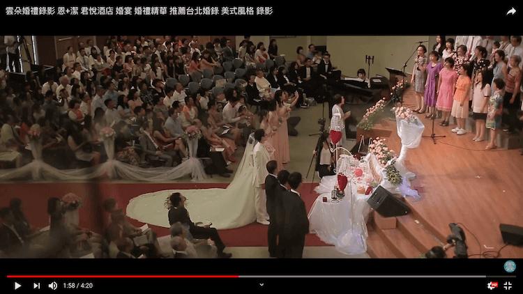 新人在內湖教會舉行證婚儀式,唱詩班正對新人們領唱聖歌