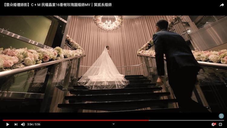 新娘於樓梯白紗大景與新郎拍攝動態類婚紗