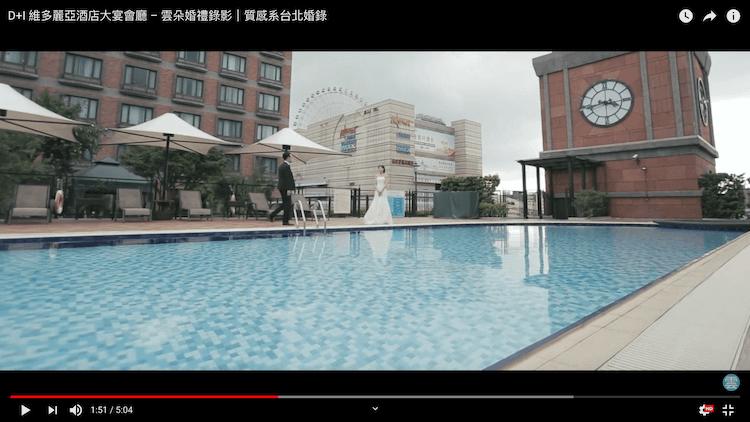 新人在維多麗亞酒店三樓游泳池拍動態類婚紗