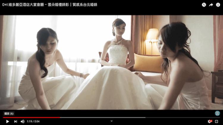 新娘與伴娘們在整理白紗禮服