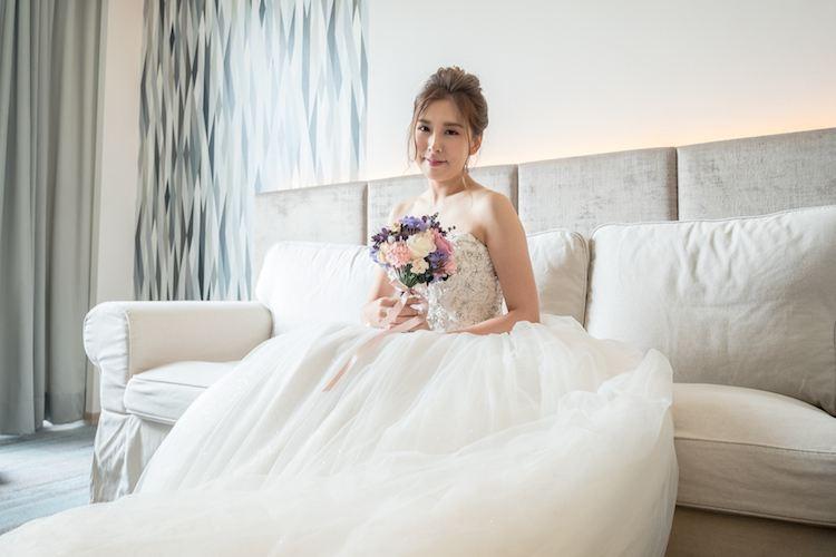 新娘拿捧拍類婚紗照