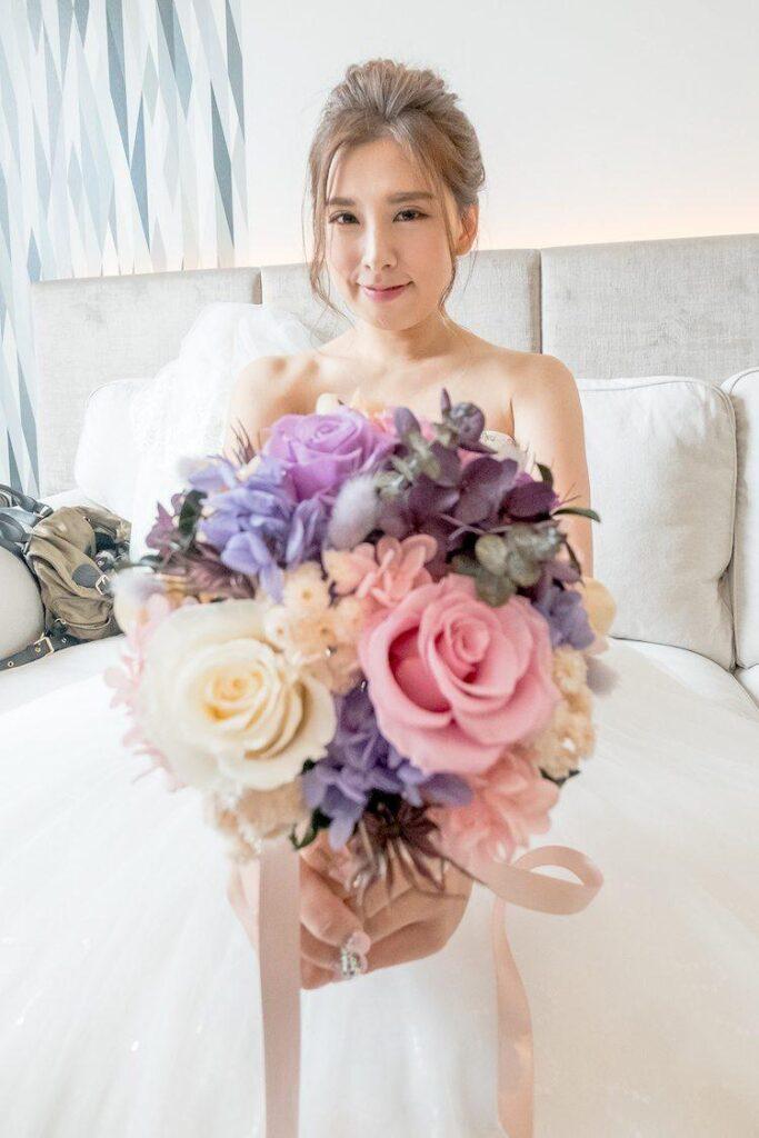 新娘拿捧花