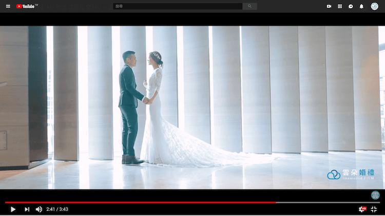新人在寒舍艾麗飯店大廳面對面拍動態類婚紗