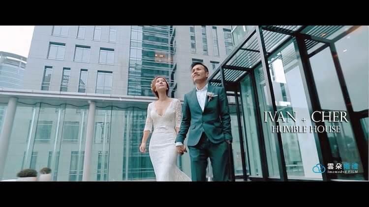 新人手牽手在寒舍艾麗戶外廣場拍動態類婚紗