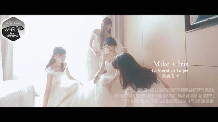伴娘群幫新娘整理白紗禮服