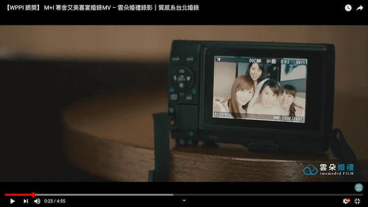 相機螢幕顯示伴娘們與新娘的自拍照