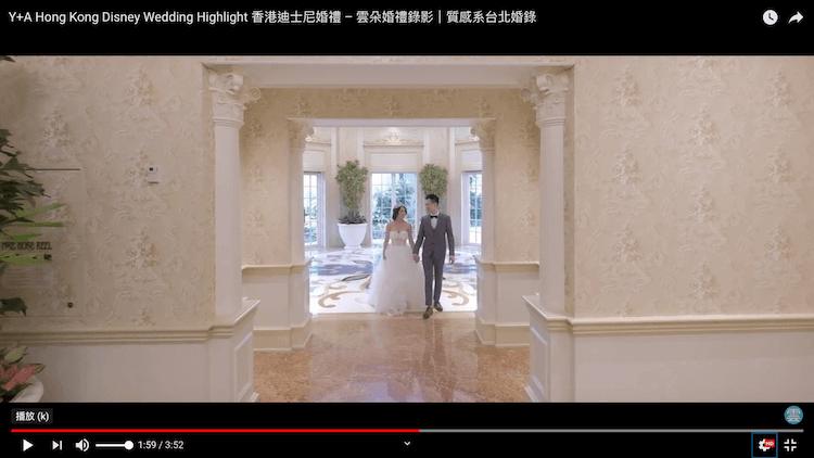 新人手牽手於香港迪士尼樂園酒店內拍攝動態類婚紗