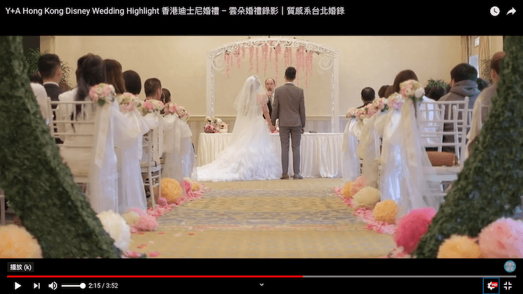 新人與牧師於證婚台前舉行證婚儀式