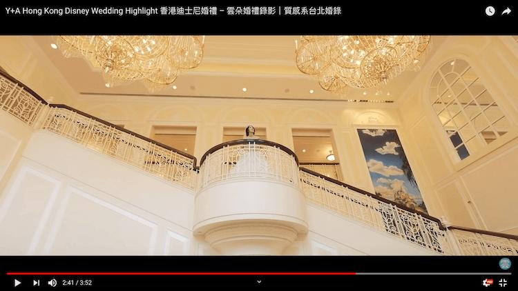 新娘於香港迪士尼樂園酒店樓梯往外望水晶燈拍攝動態類婚紗