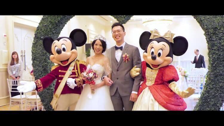 結婚新人與迪士尼米奇與米妮一同合照慶祝婚禮圓滿完成