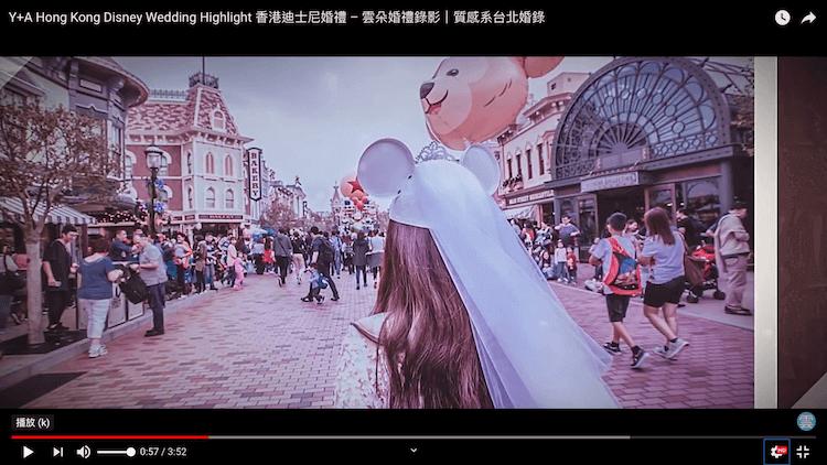 新娘戴白色米奇帽於香港迪士尼樂園內