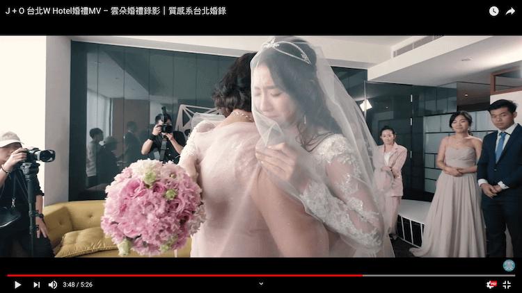 拜別時新娘不捨與媽媽擁抱