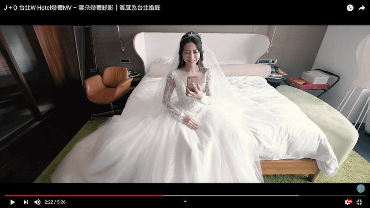 新娘於房間內觀看闖關儀式轉播
