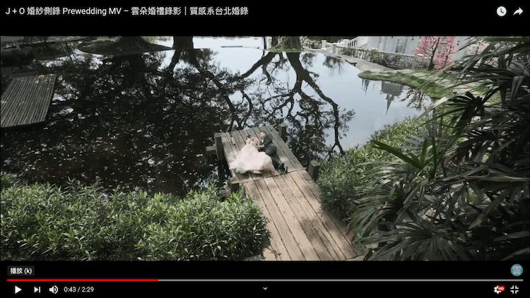 新人躺在木棧道上於陽明山婚紗基地
