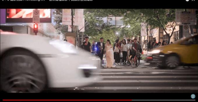 新人於信義區馬路口拍婚紗