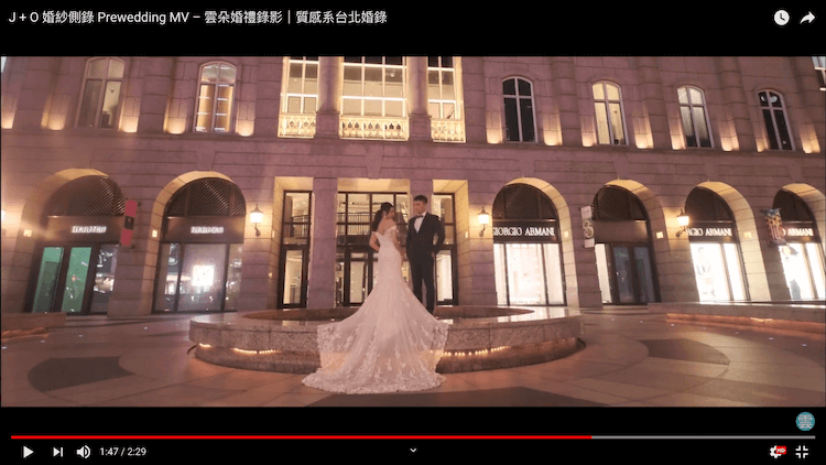 新人站在bellavita寶麗廣塲噴水池拍婚紗
