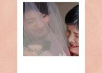 新娘跟媽媽在證婚儀式前擁抱